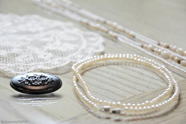 Szklane korale, perły, broszka po babci i stara serwetka ---> stworzą...